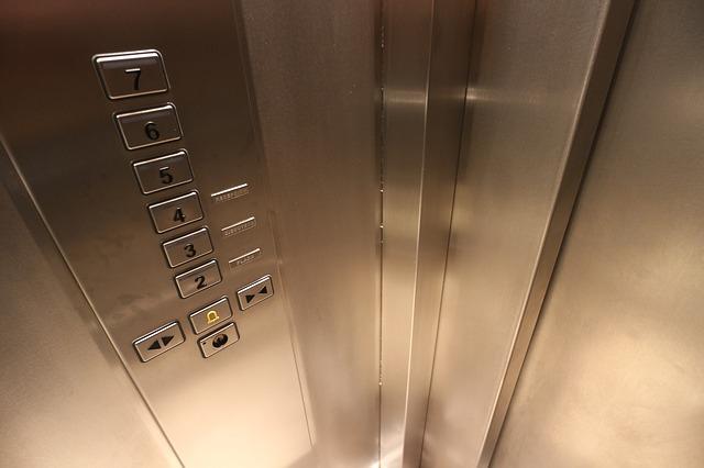 Limpieza de un ascensor en comunidades de propietarios