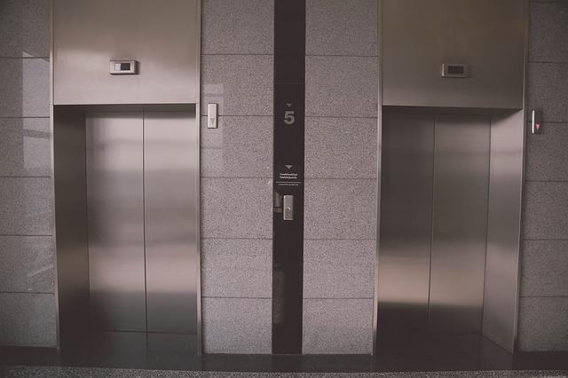 Limpieza de un ascensor en una comunidad